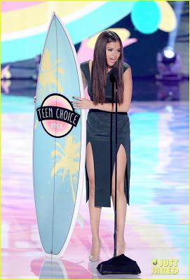 selena-gomez-teen-choice-awards-2013-red-carpet-03